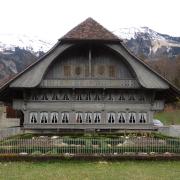 Großes Wohnhaus mit kleiner Gartenanlage