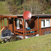 Zeigt Terrase und Hütte von außen.